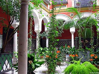 Andalusian patio in Seville. Patio andaluz en Sevilla.